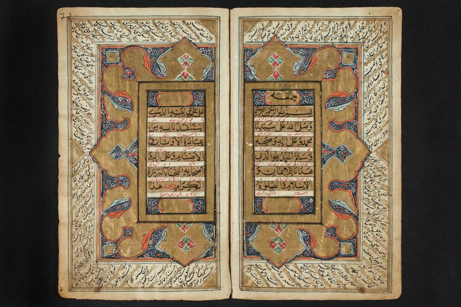 Geöffnete Handschrift mit arabischem Text, persischer Interlinearübersetzung und Kommentar