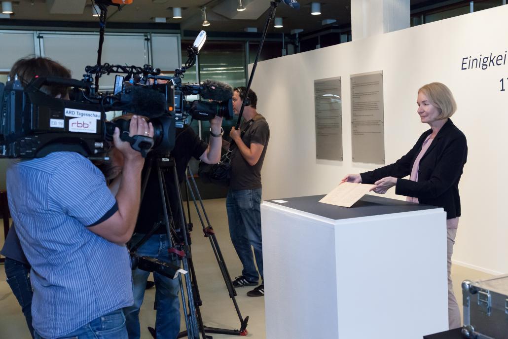 Generaldirektorin Schneider-Kempf präsentiert den Vertreterinnen und Vertretern der Printmedien, des Hörfunks und des Fernsehens die Handschrift des 'Liedes der Deutschen'. - – Foto: SBB-PK / Lizenz: CC BY-NC-SA