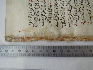 Abbildung 4 Detailaufnahme von fol. 24v. Die Kante jedes einzelnen Blattes, wie hier bei fol.24v zu sehen, ist etwa 1cm breit von einer starken Klebstoffschicht überzogen. Die Klebstoffschicht führt zu Verwellungen des Papiers und musste abgenommen werden.