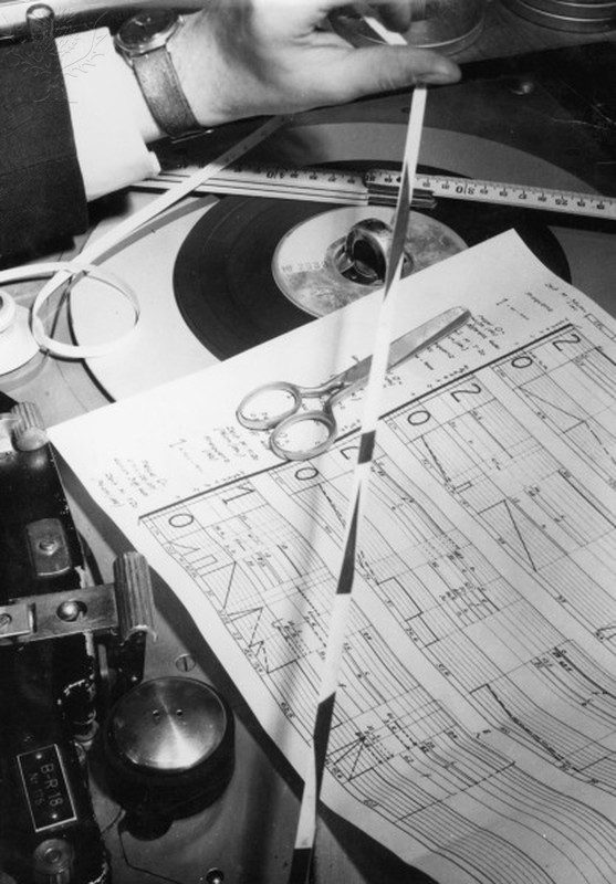 Sound Studio, WDR Cologne / Electr.Music Technology / Sound Engineering. - 'Composing' of electronic music at a recording studio of Westdeutscher Rundfunk broadcasting company in Cologne with tape recorder, scissors, folding rule and score. - Photo, undated (1950s). - Quelle: Britannica ImageQuest © akg-images / For Education use only
