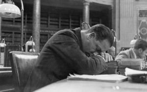 Man asleep at a desk in the Berlin state library.-Photo 1930 (Quelle: Britannica ImageQuest © AKG Images / Universal Images Group)