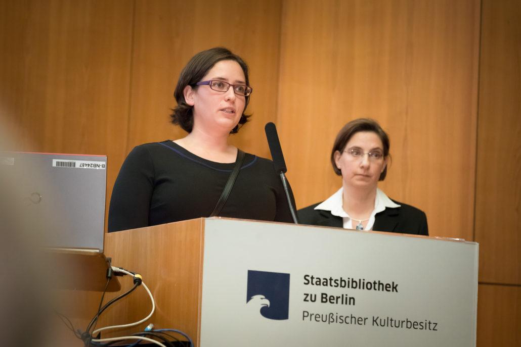 Christina Schmitz (links) und Ursula Jäcker, Projektteam E.T.A. Hoffmann Portal / Foto: Hagen Immel, Staatsbibliothek zu Berlin-PK / Lizenz: CC BY-NC-SA 3.0