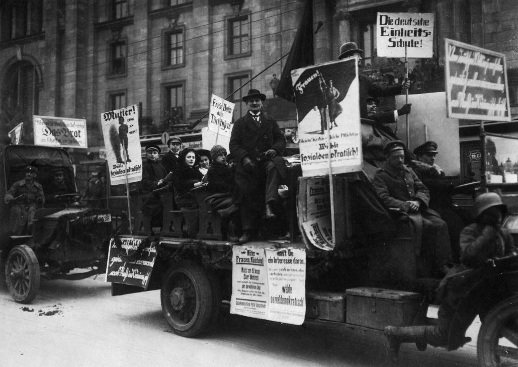 """""""Nationalversammlung in Berlin. Kinder auf Schulbänken""""; Copyright: bpk / Walter Gircke"""
