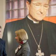 Wolfgang Huber, gern gesehener Gast der Generaldirektorin der Staatsbibliothek, Barbara Schneider-Kempf (im Hintergrund Fahne mit Foto von Bettina Flitner), Foto: SBB-PK, CC-BY-NC-SA-3.0