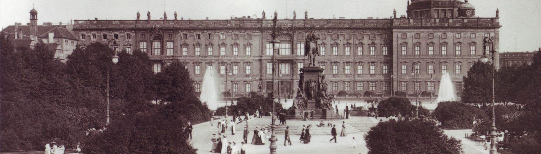 Der Lustgarten. Im Hintergrund das Berliner Stadtschloss mit dem Apothekenflügel um 1910