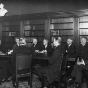 Die letzte Direktorenkonferenz der Preußischen Staatsbibliothek unter der Leitung Adolf von Harnacks (2. v. links) am 24.3.1921. bpk