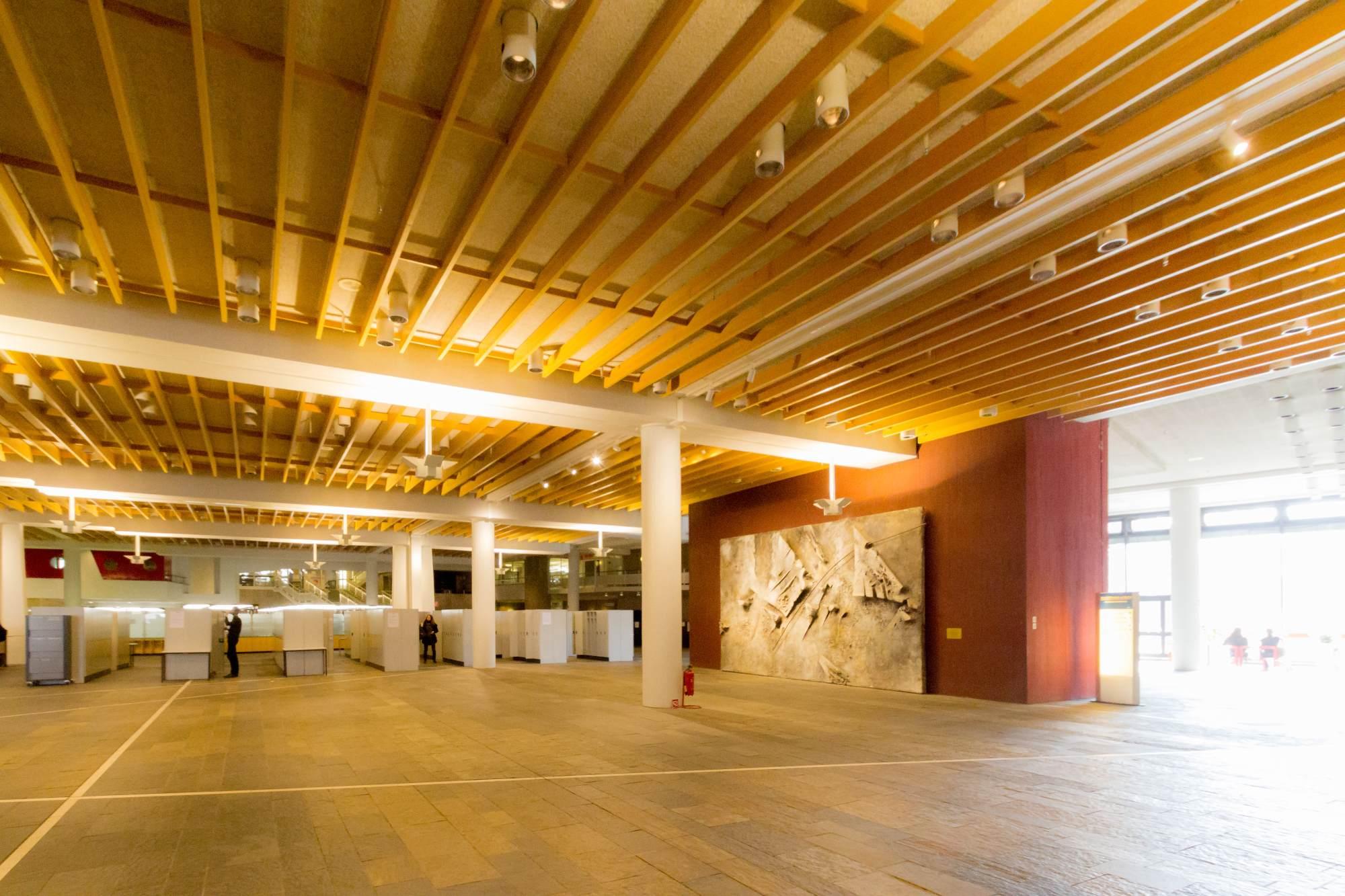 Holzplanken an der decke in der eingangshalle for Rechtswissenschaften nc