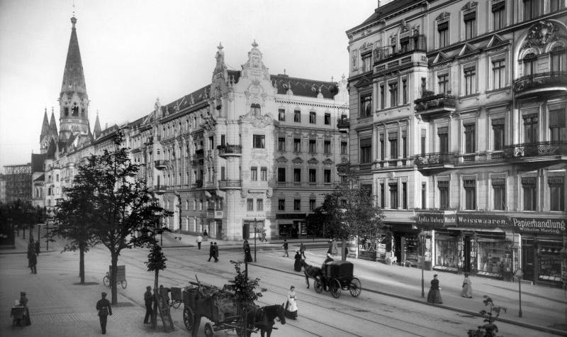 Kantstraße Ecke Joachimstaler Straße (Charlottenburg), im Hintergrund: Kaiser-Wilhelm-Gedächtniskirche. - Landesarchiv Berlin, F Rep. 290 (01) Nr. II12239 /  Fotograf: Waldemar Titzenthaler