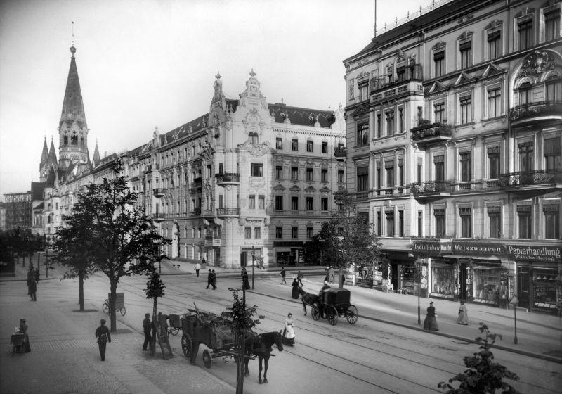 Kantstraße Ecke Joachimstaler Straße (Charlottenburg), 1900. Im Hintergrund: Kaiser-Wilhelm-Gedächtniskirche. - Landesarchiv Berlin, F Rep. 290 (01) Nr. II12239 / Fotograf: Waldemar Titzenthaler