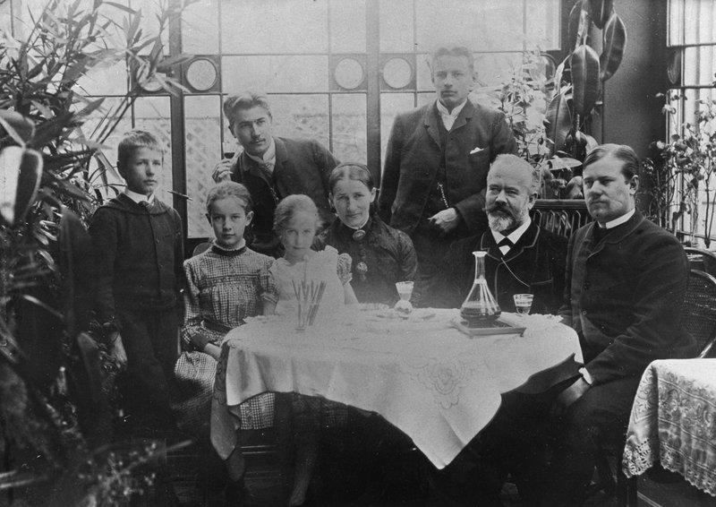 Familienbild der Webers, beide Eltern und die sechs Kinder, rechts Max Weber jun. (1887) | © bpk