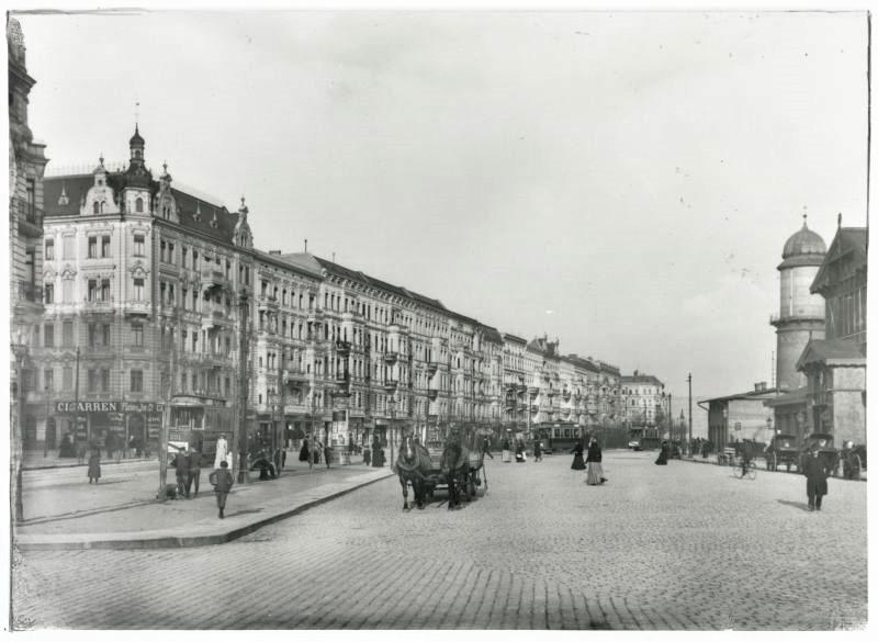 Stuttgarter Platz (Charlottenburg), 1900. On the right Bahnhof Charlottenburg, on the left Landesarchiv Berlin, F Rep. 290-01-04 Nr. 775 / Kaiser- Friedrich-Straße 55. - Landesarchiv Berlin, F Rep. 290 (01) Nr. II12233 / Fotograf: Waldermar Titzenthaler