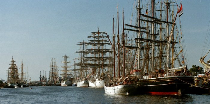 Windjammer auf der Sail 2000 in Bremerhaven / Wilfried Wittkowsky (https://upload.wikimedia.org/wikipedia/commons/1/1e/Windjammertreffen_Sail%2C_Bremerhaven%2C_2000.jpg) - Nutzungsbedingungen: https://creativecommons.org/licenses/by-sa/3.0/