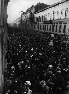 """Große Massenkundgebung in der Wilhelmstraße: """"Für Frieden - Freiheit - Brot"""", 1918"""