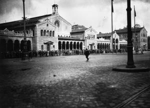 """Der tägliche Appell der """"Roten Armee"""" vor dem Hauptbahnhof"""