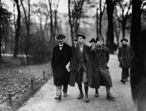 Karl Liebknecht mit seinem Sohn (Mitte) im Berliner Tiergarten