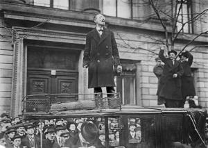 Demonstration der Soldaten für die sofortige Demobilisierung: Karl Liebknecht spricht vor dem Ministerium des Innern